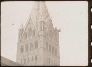 """Am mächtigen Turm des Patrokli-Doms in Soest schwenkt der Kamera-Operateur auf und ab. (Quelle: Film """"Rote Erde"""")"""