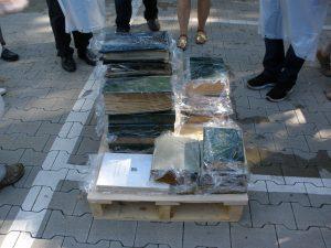 Stapeln des für die Tiefkühlung vorbereiteten Archivgutes auf einer Palette (Stadtarchiv Greven, F3D-645, Foto: Angelika Haves)