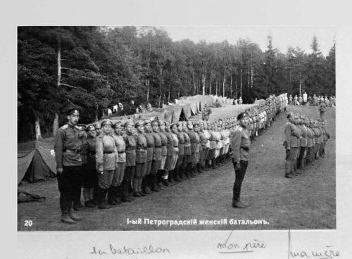 1er bataillon féminin de Petrograd. Reproduction avec notes manuscrites de Tatiana Schagall ou d'Irène Schagall-Ackerman