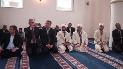 Les invités officiels (politiques et responsables religieux) à l'intérieur de la mosquée – Photo issue de la vidéo du hatim 2015 de Roudozem