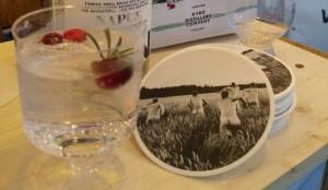 Unerwartetes und Finnlandklischee clever kombiniert: Gin und Untersetzer mit Saunamotiv im finnischen Food Garden.