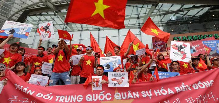 Người dân Việt Nam phản tại Hàn Quốc phản đối Bắc Kinh quân sự hóa Biển Đông trước đại sứ quán Trung Quốc ở Seoul, ngày 24/06/2016. © Ảnh minh họa.AP - Ahn Young-joon