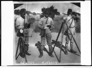 Askaris allemands, télégraphie optique près de Dar es Salaam [soldats à côté de leur matériel] : [photographie de presse] / [Agence Rol]