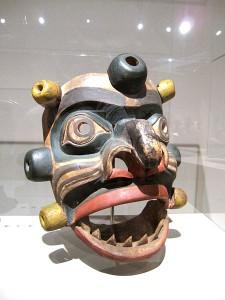 Bild: Maske des Meereswesens Yagim. Kanada, Britisch-Kolumbien, Kwakwaka'wakw (Kwakiutl), Holz. Museum für Völkerkunde, Wien | Gryffindor unter CC-By 3.0