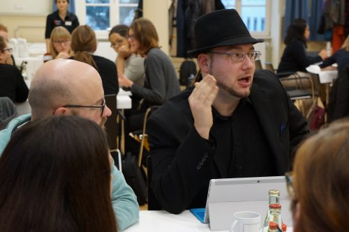 """Science Reporter Kilian Weymann diskutiert mit den anderen Teilnehmerinnen und Teilnehmern am Thementisch zu """"intersectionality""""."""