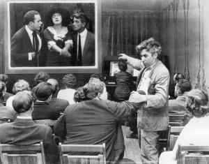 Photo Courtesy Orange County. Photogramme du film de Mack Sennett. Le personnage du film a du mal à faire la différence entre la fiction et la réalité...