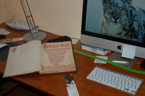 Trabajando en casa con un manuscrito de 1535