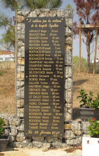 Monument aux morts de la Faute-sur-Mer aux victimes de la tempête Xynthia Source : David F., 2015