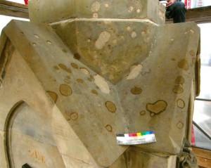 Ansicht der Verdachung, Zwischenzustand während der Restaurierung im Mai 2014. Die unteren Fehlstellen sind bereits mit Ergänzungsmörtel geschlossen. Das Schließen dienst als Voraussetzung für einen ungehinderten Wasserablauf. Foto: A. Hartmann
