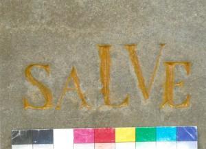 """Sockelblock mit Schrift Nordseite, Zwischenzustand während der Restaurierung im Mai 2014. Die Schrift war ursprünglich in Gold (Blattgold) ausgelegt. Die im Laufe der Zeit entstandenen Fehlstellen waren aber so kleinflächig, dass sie mit """"Colibri-Gold"""" ausretuschiert werden konnten. Foto: A. Hartmann"""