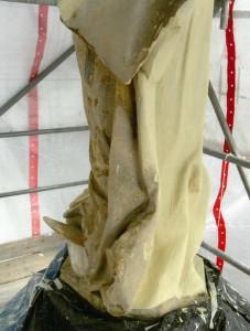Marienskulptur mit (Erd-?)Kugel, Zwischenzustand während der Restaurierung im Mai 2014. Foto: A. Hartmann