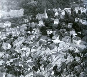 Luftaufnahme des Linzer Stadtzentrums, vor 1959. In der linken Bildhälfte ist der langgestreckte Bau des Hospitals zu erkennen.