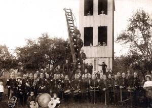 Die Freiwillige Feuerwehr Linz um 1904 vor dem Steigerturm am Schoppbüchel