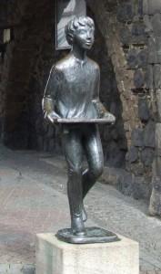 Figur des Klapperjungen vor dem Neutor