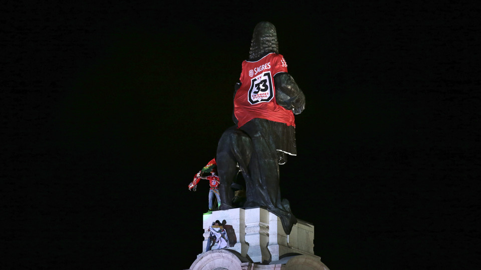 Estátua do Marquês de Pombal com a camisola do Benfica. Marquês de Pombal, Lisboa  Foto: Lusa