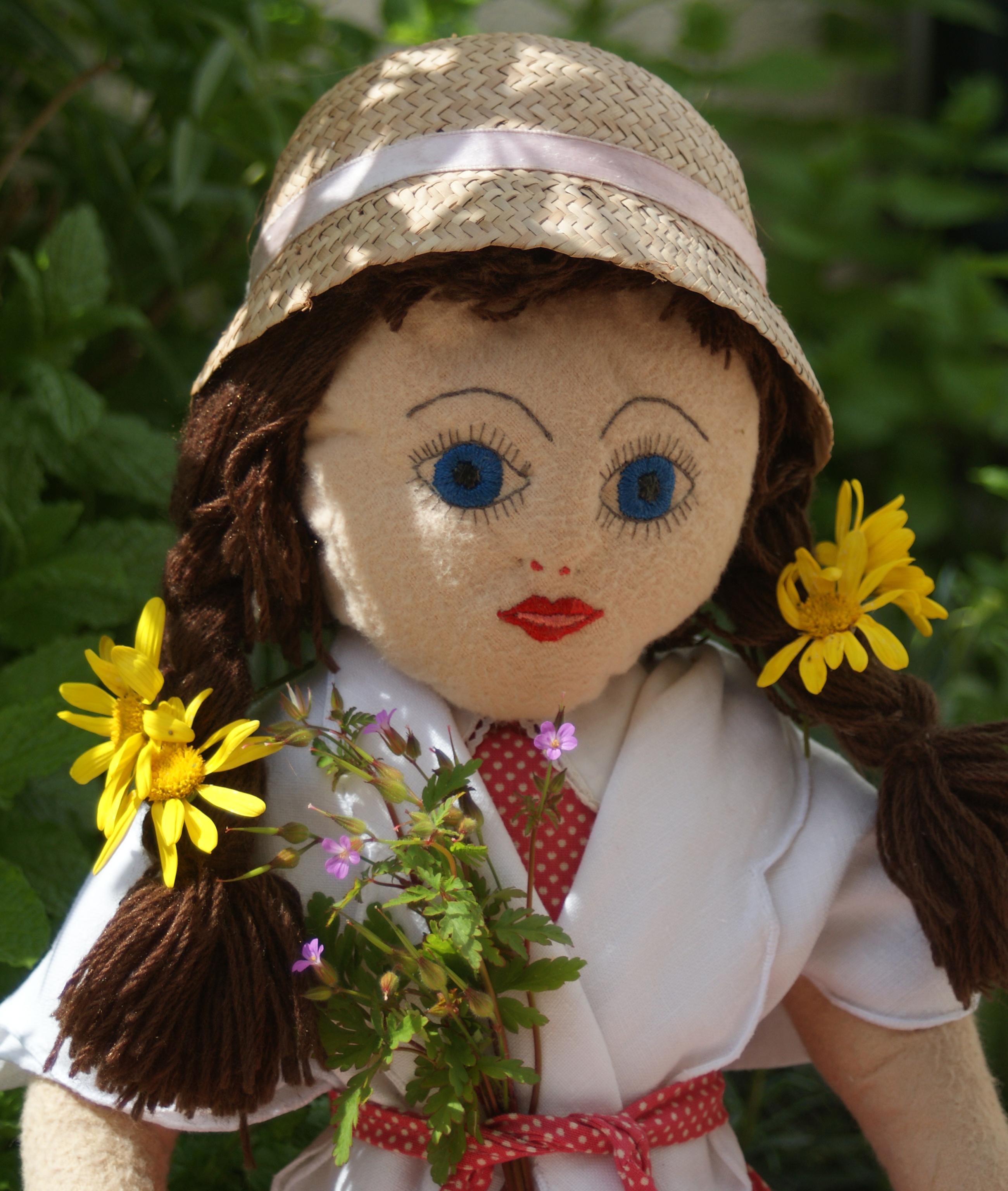 Boneca de trapo com chapéu, feito pela menina Marianita, com  empreita fina, feita pela menina Ema.