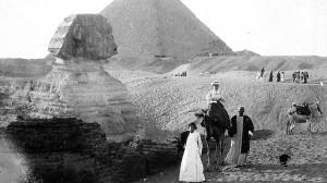 Turistas em Gizé, 1921 TDI)/Cover/Getty Images