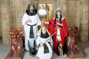 "The Pharaonic Village: turistas em trajes ""faraónicos"" Foto: Cleopatra's Photo Studio, s.d."