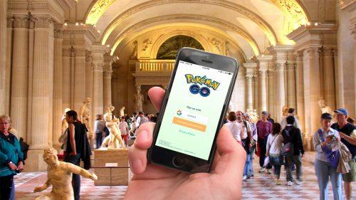 Pokémon Go no Museu do Louvre, em Paris Foto: Alexander Heinl/EPA, 2016
