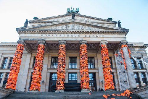 Instalação de Ai Weiwei na fachada da Konzerthaus, em Berlim, com coletes de salvação recolhidos na ilha de Lesbos Foto: John Macdougall/AFP/Getty Images
