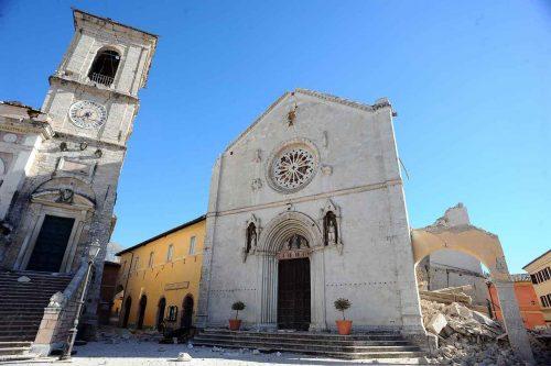 Praça e basílica di San Benedetto, Núrcia, após o sismo de out. 2016