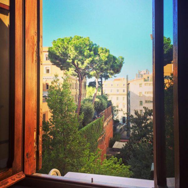 Zeng Shengxi, partagée le 21 août 2015 : 1)« Que faire de cet espace sans sens pour l'action, simple image du monde, carte postale inatteignable, que je vois de l'autre côté de la fenêtre et qui semble me faire signe sans que je puisse lui répondre ? »