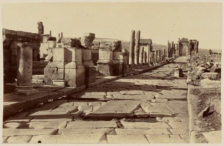 Neurdein frères, Ruines romaines de Thamugadi. [Timgad]. Voie triomphale,1897, archives coloniales d'Aix en Provence, FR ANOM 8Fi436_47