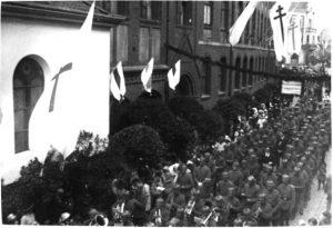 Militärkapelle und Soldaten Fronleichnamsprozession