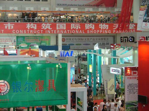 """""""Construire un paradis international du shopping""""  Les slogans sur les murs de la foire internationale annuelle de Yiwu soulignent le succès de la capitale du """"Made in China"""" © Pliez, 2006"""