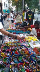 Marchands ambulants sénégalais de pagnes et de bracelets sur la rua Ipiranga. 20 mars 2016 © R. Minvielle