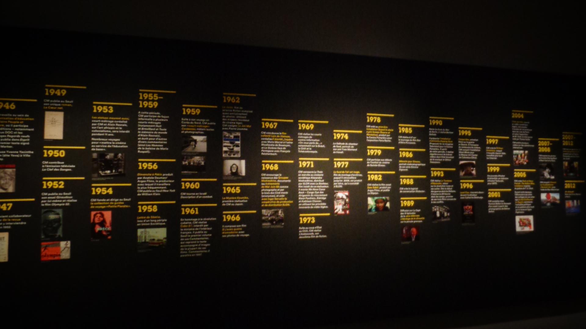 Panneau chronologique et thématiques de la vie de Chris Marker