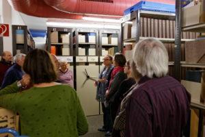 Ute Elbracht zeigt Besucherinnen und Besuchern das Magazin des IfZ-Archivs