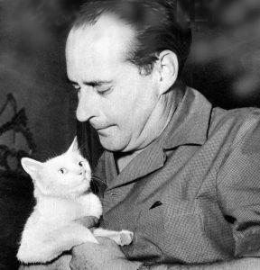 Rossellini se consolant avec son chat après qu'ingrid Bergman lui ait dit qu'Hitchcock avait plus de sex appeal que lui (Crédits : Wikimédia Commons)