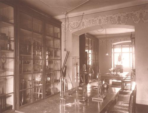 Mathematisch-Physikalisches Kabinett des Schottengymnasiums (um 1913).