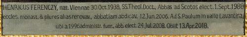 Inschrift am Porträt von Abt Heinrich Ferenczy (1988–2006) in der Äbtegalerie des Schottenstifts.