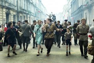 Noch tanzen sie übermütig durch die Straßen: Ala (Zofia Wichlacz) und Beksa (Antoni Królikowski). Szene aus dem Film Warschau '44, Foto: ZDF/Ola Grochowska