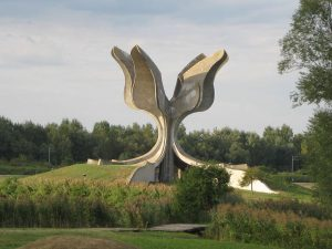 Stone Flower, a monument to the victims of Jasenovac concentration camp - photo: Modzzak (Own work) [CC BY-SA 3.0 (http://creativecommons.org/licenses/by-sa/3.0) or GFDL (http://www.gnu.org/copyleft/fdl.html)], via Wikimedia Commons