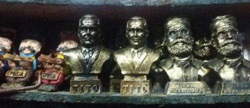 Souvenirs in Belgrade's pedestrian zone: a peasant, a statesman, a general – Serbia, Tito, Draža Mihailović. - Foto: Jacqueline Nießer.