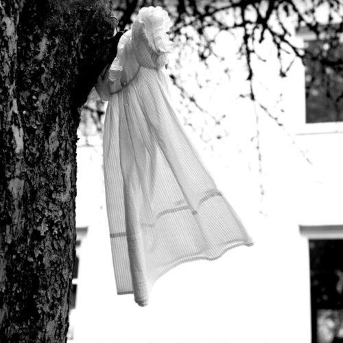 Kinderkleid vor dem ehemaligen Geburtenhaus. - Foto: Benyamin Reich, Berlin / Jüdisches Museum München
