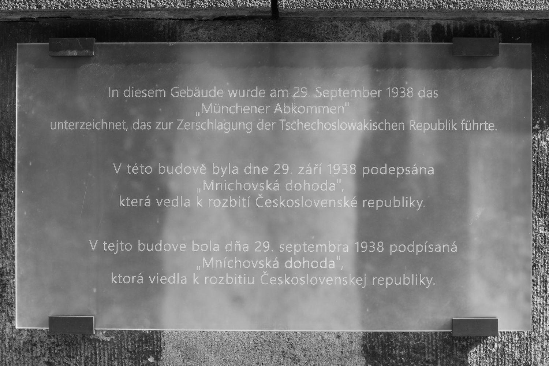 Die Gedenktafel zum Münchner Abkommen an der Hochschule für Musik und Theater in München - Foto: Tobias Melzer