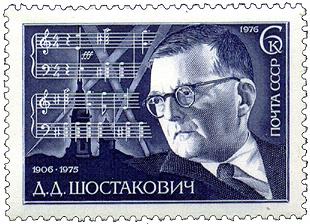 Sowjetische Briefmarke von 1976. Dmitri Schostakowitsch, 1906-1975. Im Hintergrund zu sehen ist Leningrad mit Suchscheinwerfern sowie ein Notenfragment der 7. Symphonie. - Quelle: Wikimedia Commons