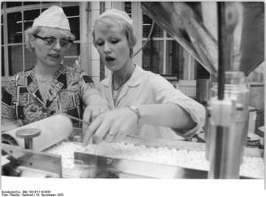 Konfektioniererin Erika Ewert aus dem VEB Berlin-Chemie
