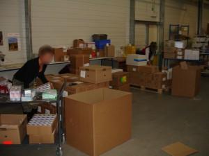 2 Manutentionnaires au deballage et encodage de cartons de medicamentfloute