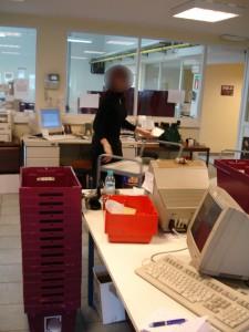 5 Telephoniste au rangement des produits retournés par les pharmaciensfloute