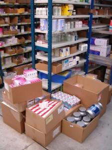 7 Lourds cartons non rangés dans les rayons faute d'espace disponible