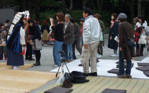 A la fin du spectacle, le public vient mettre sa tête dans la gueule du shishimai. Cela porte chance. (Cliché ADH; Minpaku, 22 octobre 2016)