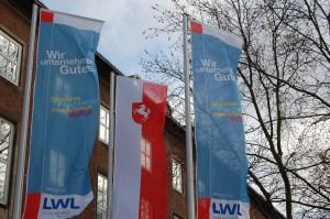 Für die Menschen. Für Westfalen-Lippe. LWL-Flaggen zusammen mit der Westfalen-Flagge. Foto: LWL.