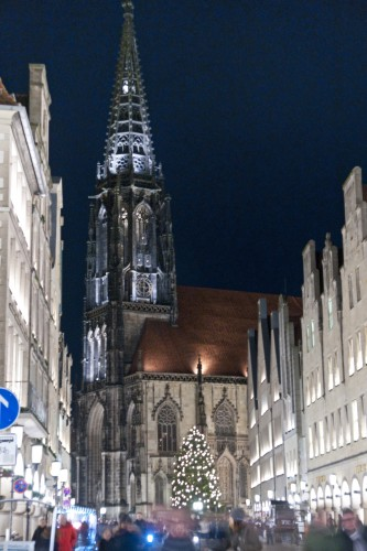 Die Lambertikirche in Münster in der Vorweihnachtszeit. Foto: Michael Hecht.