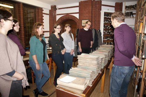 Einführung in das Landeskirchliche Archiv mit Dr. Jan Brademann (rechts).