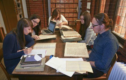 Die Teilnehmenden des Praxisseminars beim Aktenstudium.